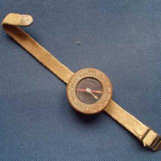 Boussole plastique datée 1945