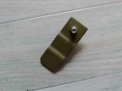 Patte d'arret du bouton de boite à gant
